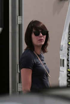 Emma Stone arriving on set. 1 really good rear shot in jeans