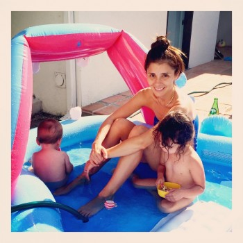Shiri Appleby - Saturdaze in the swimming pool with her 2  kids