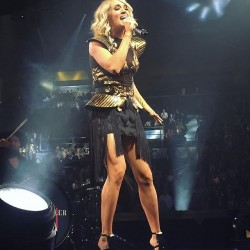 Carrie Underwood Leggy At MSG On StoryTeller Tour