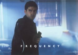Радиоволна / Frequency (Деннис Куэйд, Джеймс Кэвизел, 2000)  Fd6c36513335472